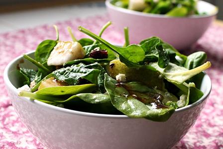 Богата салата със спанак, смокини и топъл дресинг