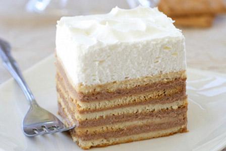 Бисквитена торта с маслен крем и сметанова шапка