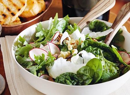 Пролетна салата със спанак и запечени орехи