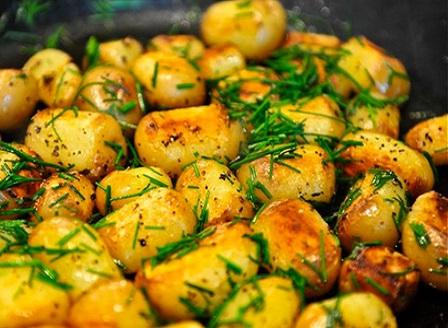 Печени млади картофки, овкусени с копър и чесън
