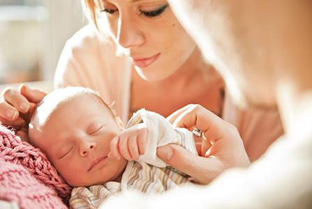 Приемливо ли е да оставяме бебето да плаче?