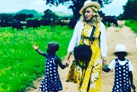 Мадона показа осиновените близначки от Малави
