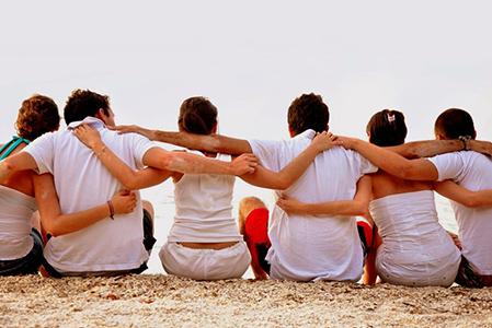 Българите предпочитат срещи с приятели пред семейните събирания