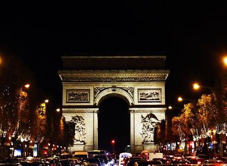 Париж заблестя с коледна украса