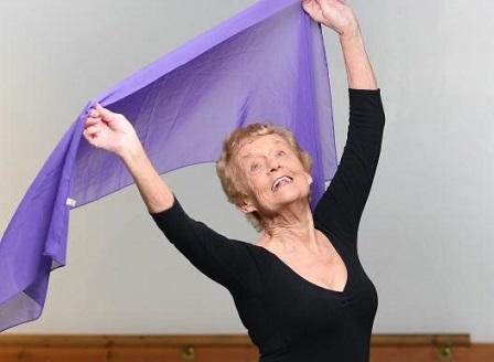 80-годишна британка взе изпит за балерина