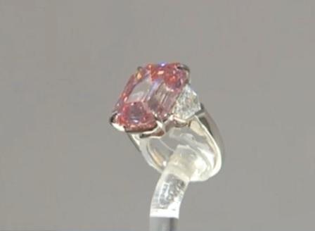 Продават яркорозов диамант за милиони долари