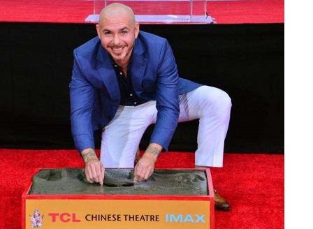 Питбул остави отпечатъци в цимента пред Китайския театър в Лос Анджелис