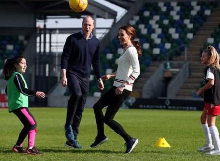 Уилям и Кейт показаха футболни умения в Северна Ирландия (снимки)