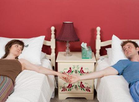 Двойките, които спят в отделни легла имат по-добра връзка