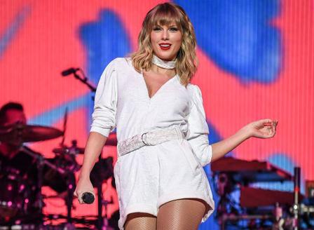 Тейлър Суифт пусна новия си албум точно в полунощ